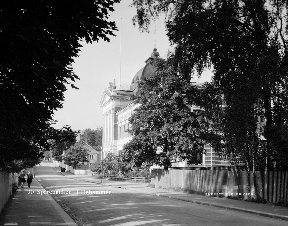"""Kirkegata med """"Banken"""" på venstre side. I dag Kulturhuset Banken."""