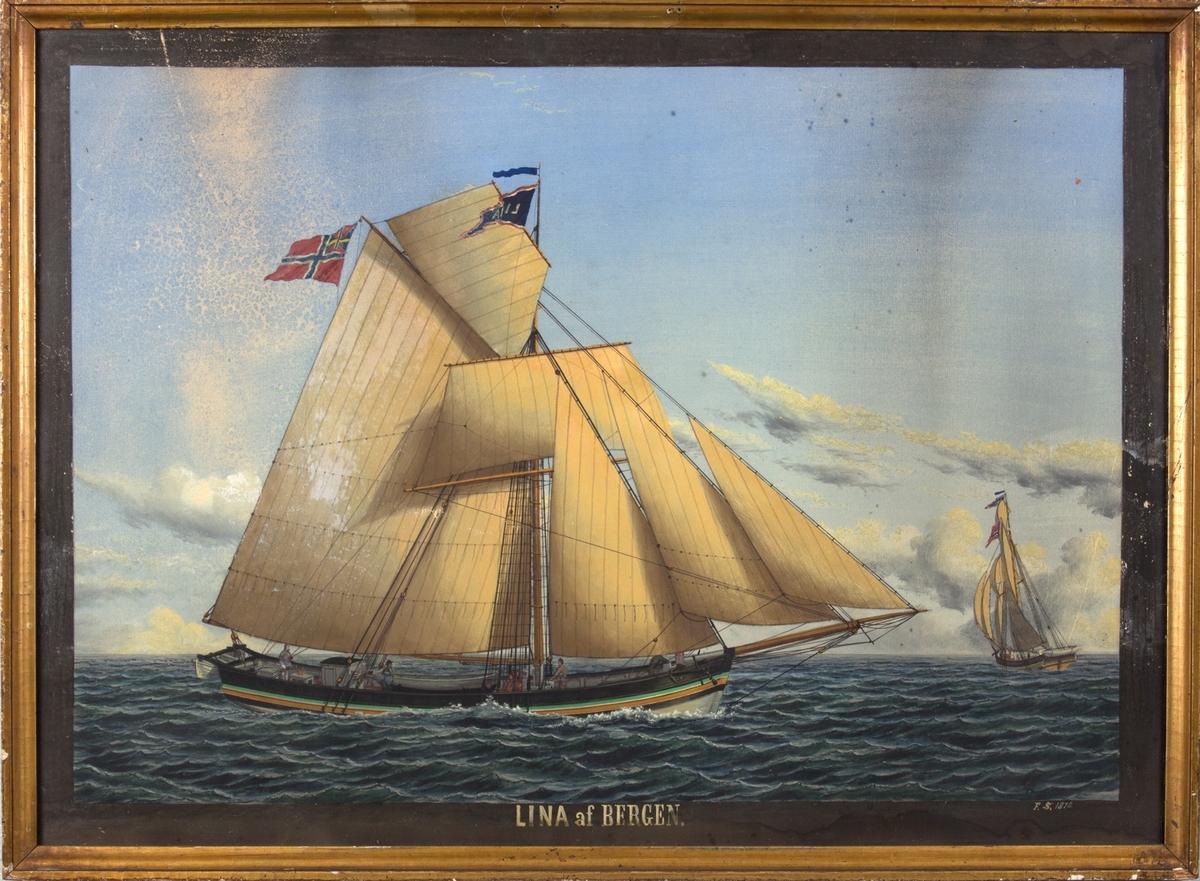 Skipsportrett av jakt LINA seilende for bidevind. Tre mann i arbeid på dekk. Samme skip sees også fra akter til høyre i motivet.