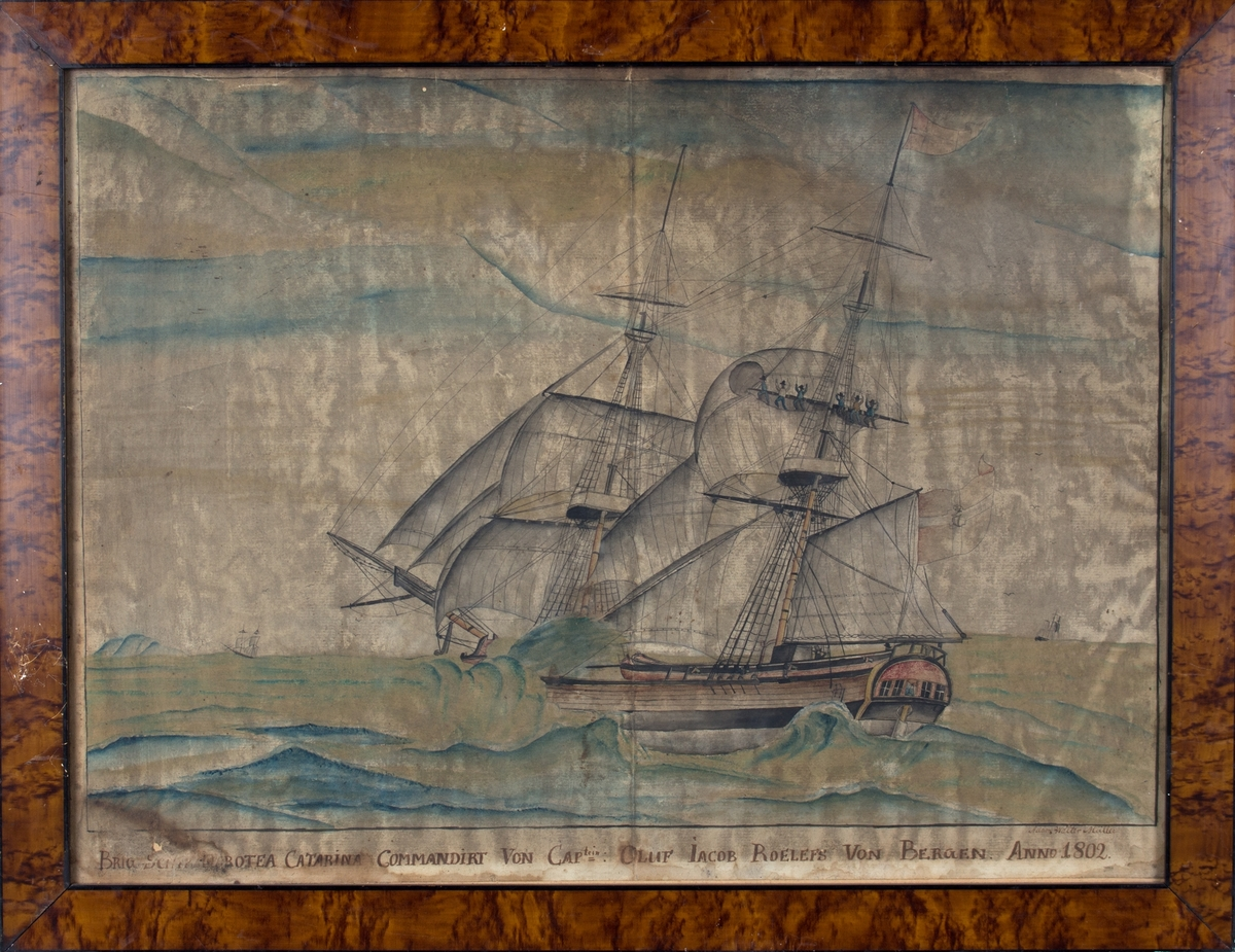 Skipsportrett av brigg DOROTEA CATARINA for fulle seil i opprørt hav. Seks mann klatrer i riggen og prøver å redde seil. Brottsjø feier inn over dekket. På dekket ser vi tydelig kaptein med kikkert samt en mann til. I vindu i akterspeilet skimtes en kvinneskikkelse. Skipet fører dansk flagg med det kongelige navneschiffer C7 i midten, tyder på at skipet seilte på Middelhavet.