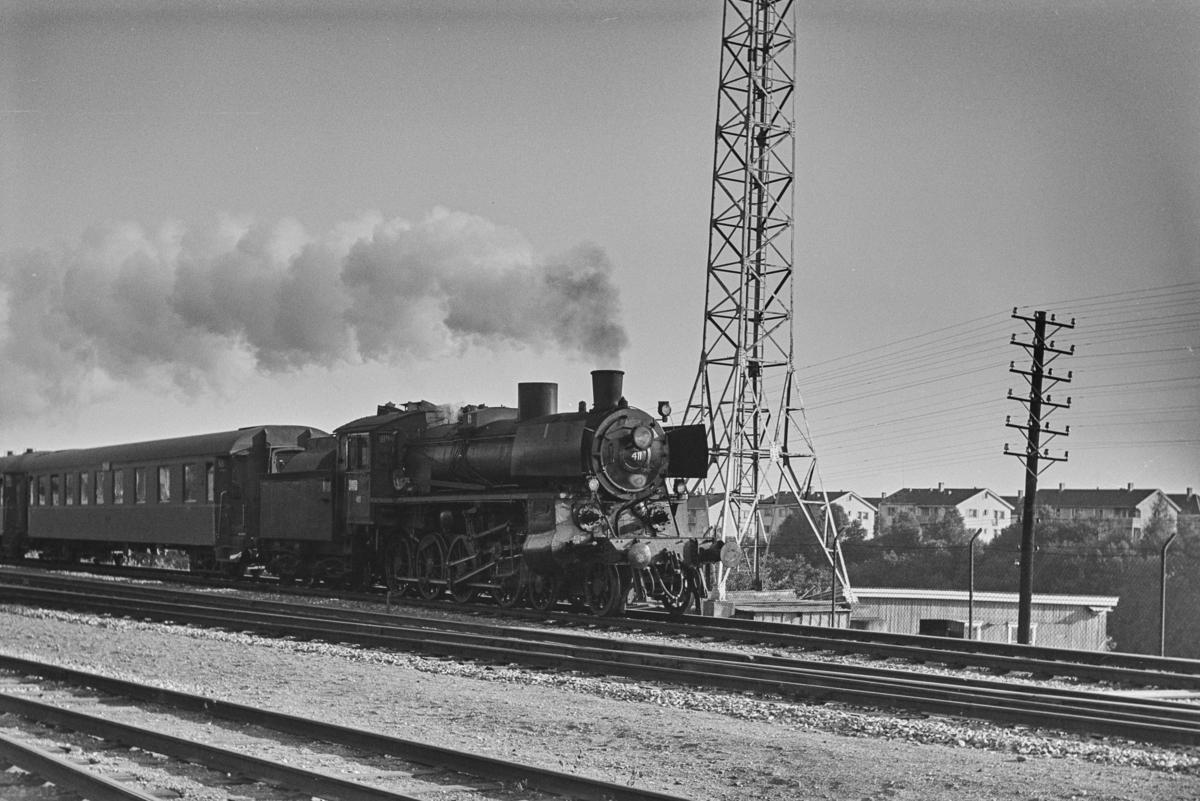 Dagtoget fra Oslo Ø til Trondheim over Røros, tog 301, ved Stavne, like syd for Trondheim. Toget trekkes av damplokomotiv type 26c nr. 411.