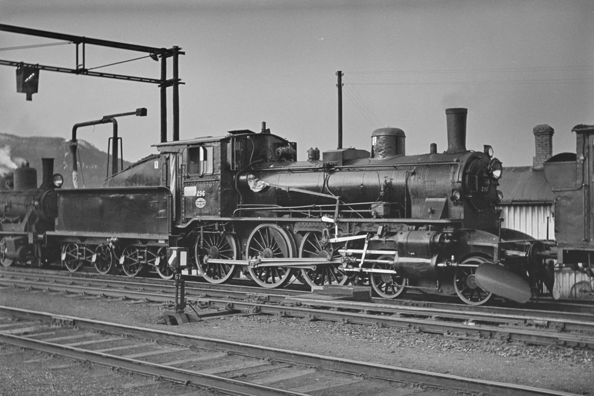 Damplokomotiv type 27a nr. 296, nyrevidert på Trondheim stasjon.