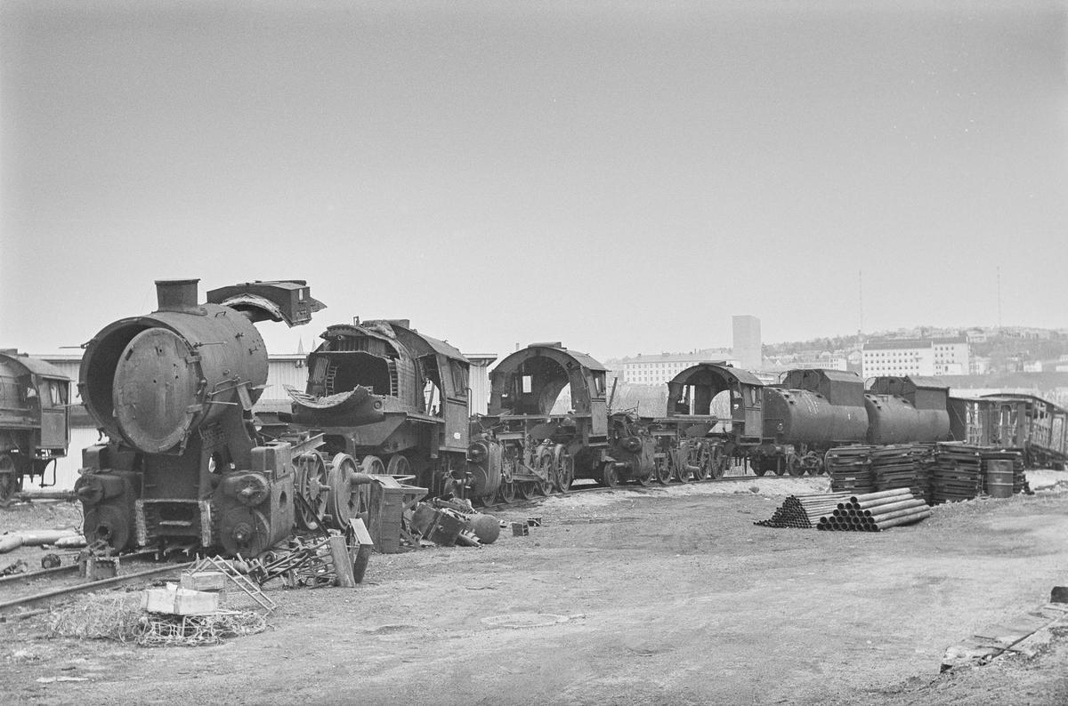 Damplokomotiver type 63a under opphugging. Bak to tendere fra damplokomotiv type 49a Dovregubben.