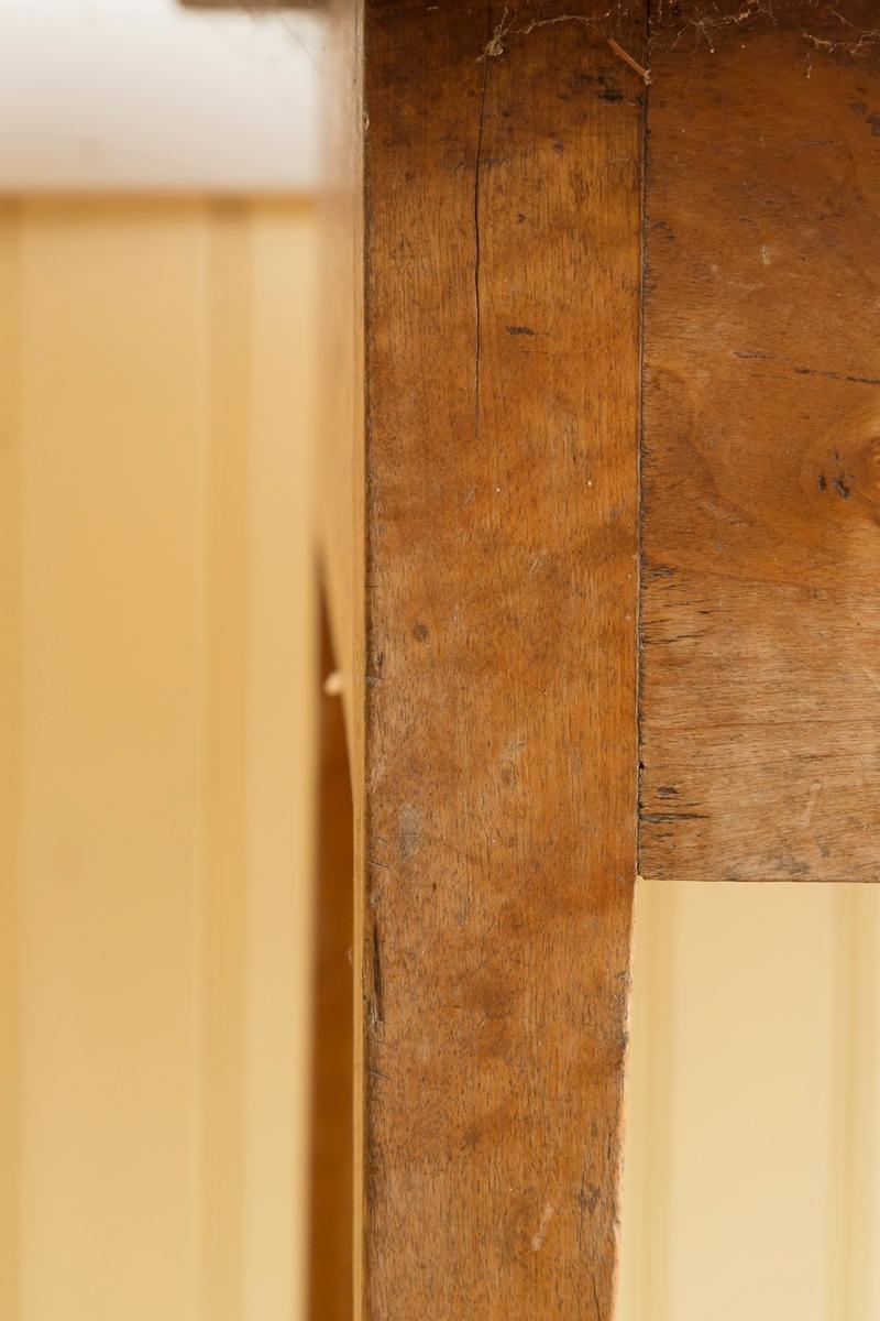 Spisebord med skuff. Satt sammen av 4 bordplater. Manglet lås og nøkkel. Lakkerte ben.