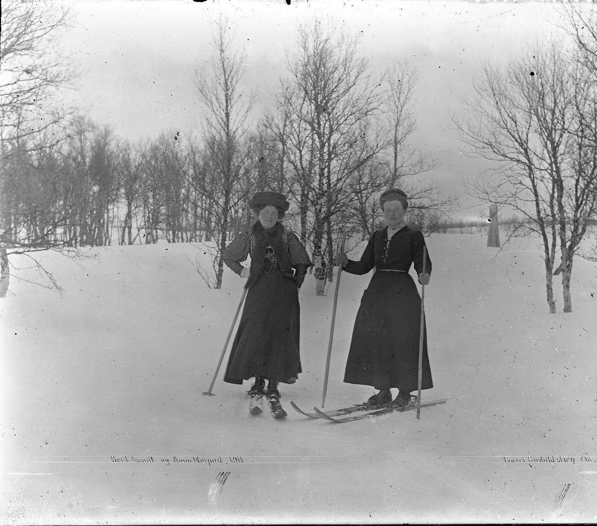 ski, skitur, kjole, personer Berit Sundt g. Narjord og Eli Anna Narjord