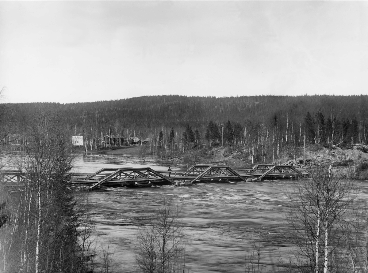 Bron över Västerdalälven mellan Östra och Västra Ärnäs, vid vårfloden 1916