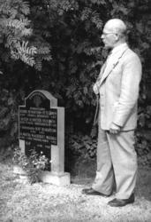 Sigurd Bograng vid familjegraven på Södra Finnskoga kyrkogår