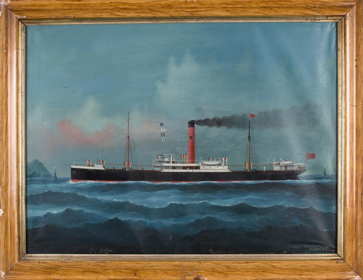 Skipsportett av DS KJELD under fart med norsk flagg akter. Land sees til venstre for skipet samt mindre seilfartøy akter.