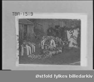 """Post mortem-portrett av Ingebret Johansen Lerhus.   Opplysning på negativet """"Liket av hr. Lerhus"""". Moss Klokkerbok 1910-19: Under """"døde"""": Vognmand Ingebret Johansen Lerhus, 64 aar. Død 22de sept. 1910. Begr. 28de sept. 1910. Født 1846. Fødested Rygge, bosted Krapfoss. Dødsaarsak: Lungebetændelse."""""""