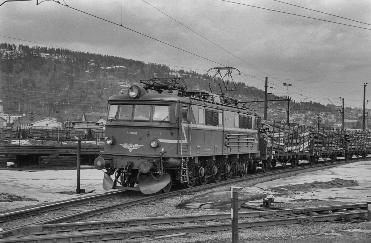 Godstog med tømmervogner trukket av elektrisk lokomotiv type El 8 nr. 2068 i Drammen.