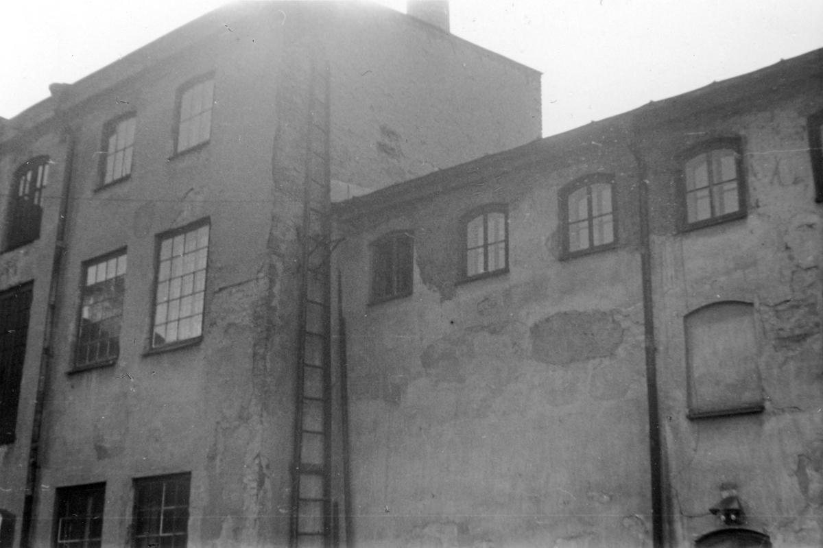 Gårdsinteriör från Repslagaregatan 25 i kvarteret Tunnan, Norrköping. Fotografiet taget i samband med rivningsansökan 1953. Vy mot sydväst.