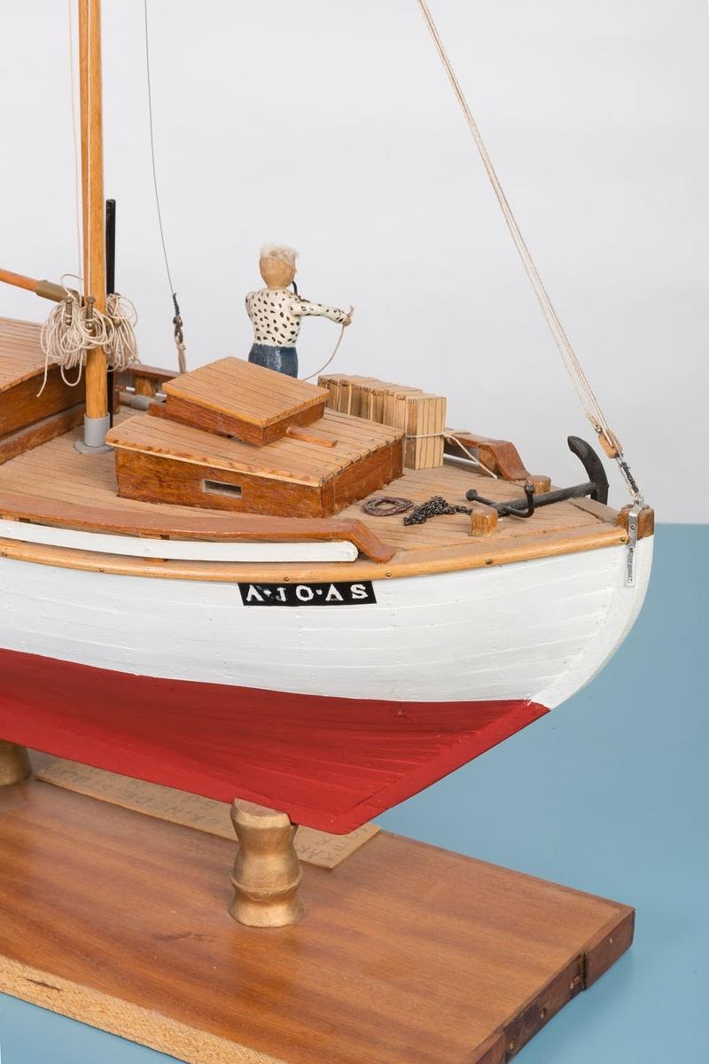 """Modell av losbåten """"Sigurd"""" med registreringsnummer A-10-AS. Spesielt fine detaljer midtskips i lugaren. Bækvolds produksjonsnummer 27. Båten ble bygget av Colin Archer som losbåt i 1893. Fiskebåt fra 1918 - 1964, seilt av Ole Elias Bækvold (Egils far)."""
