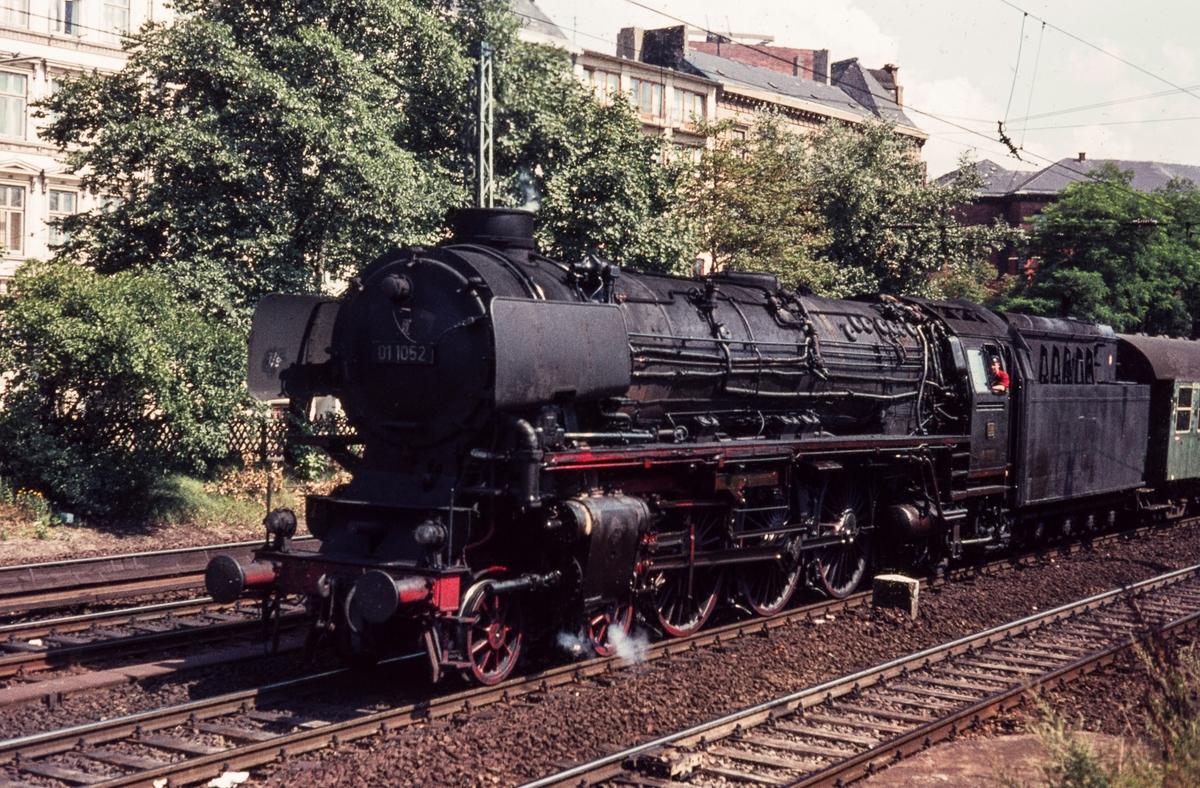Tysk damplokomotiv DR-Baureihe 01 nr. 1052 med persontog.