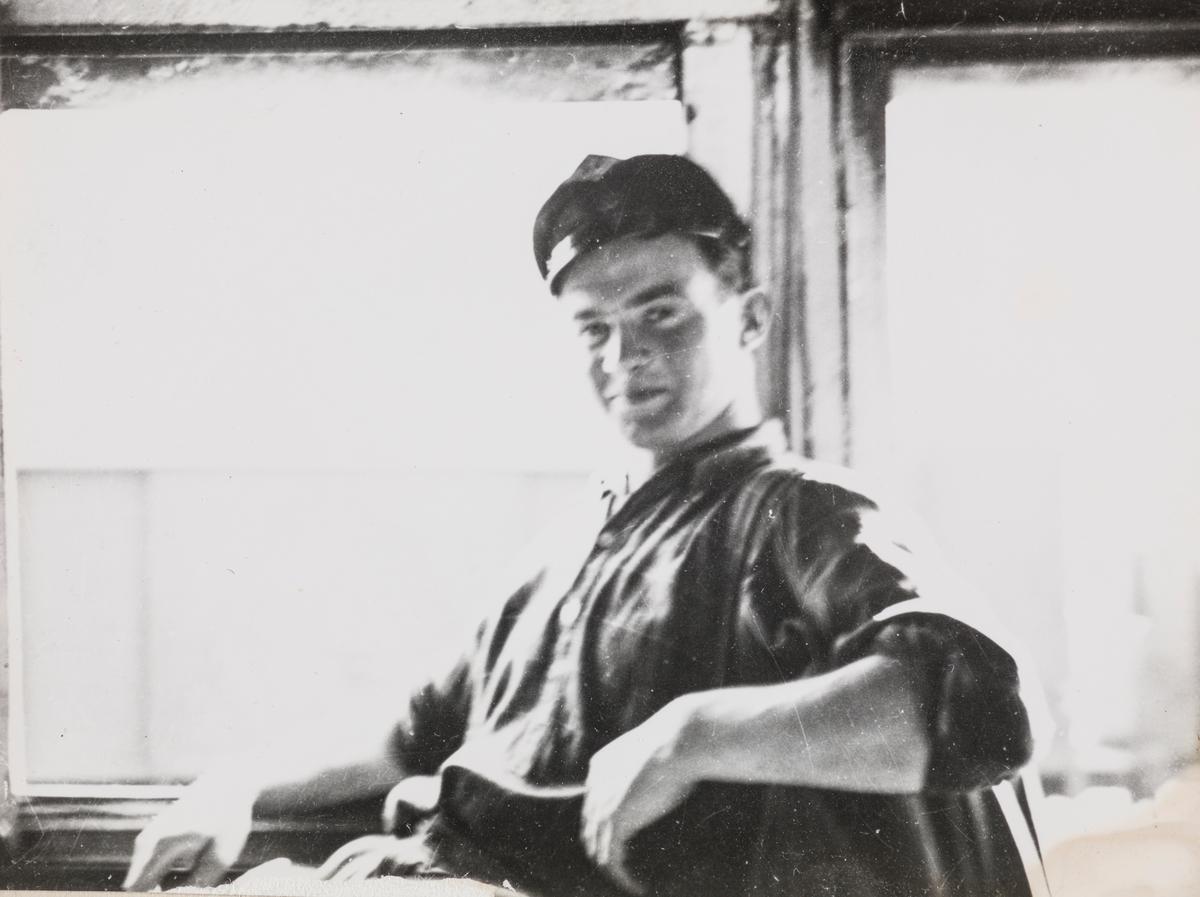 Fyrbøteraspirant Alf Einar Selvik på lokomotivførerens plass.