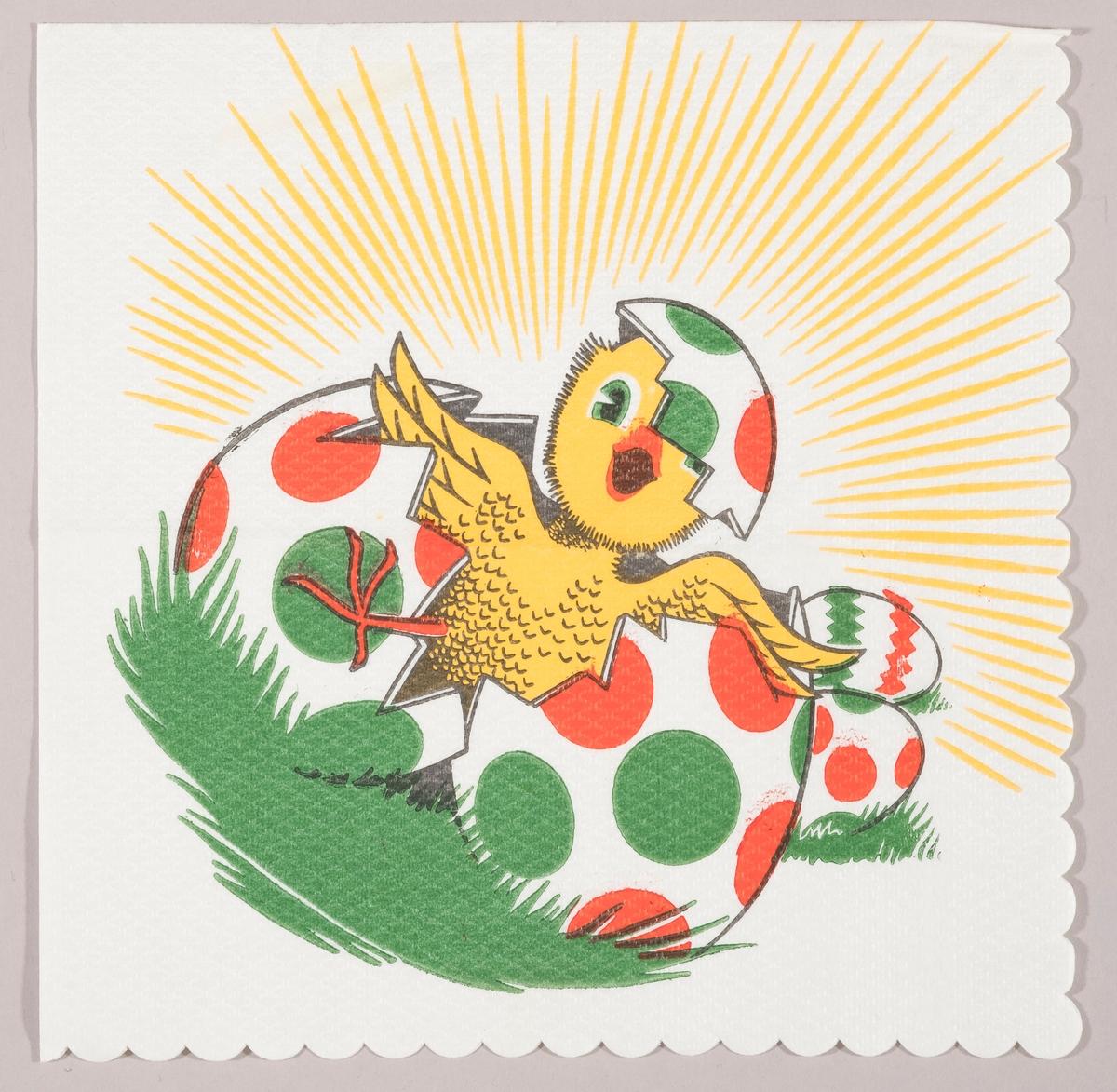 En kylling kommer ut av skallet til et påskeegg med røde og grønne prikker. Påskeegg i bakgrunnen og solståler.