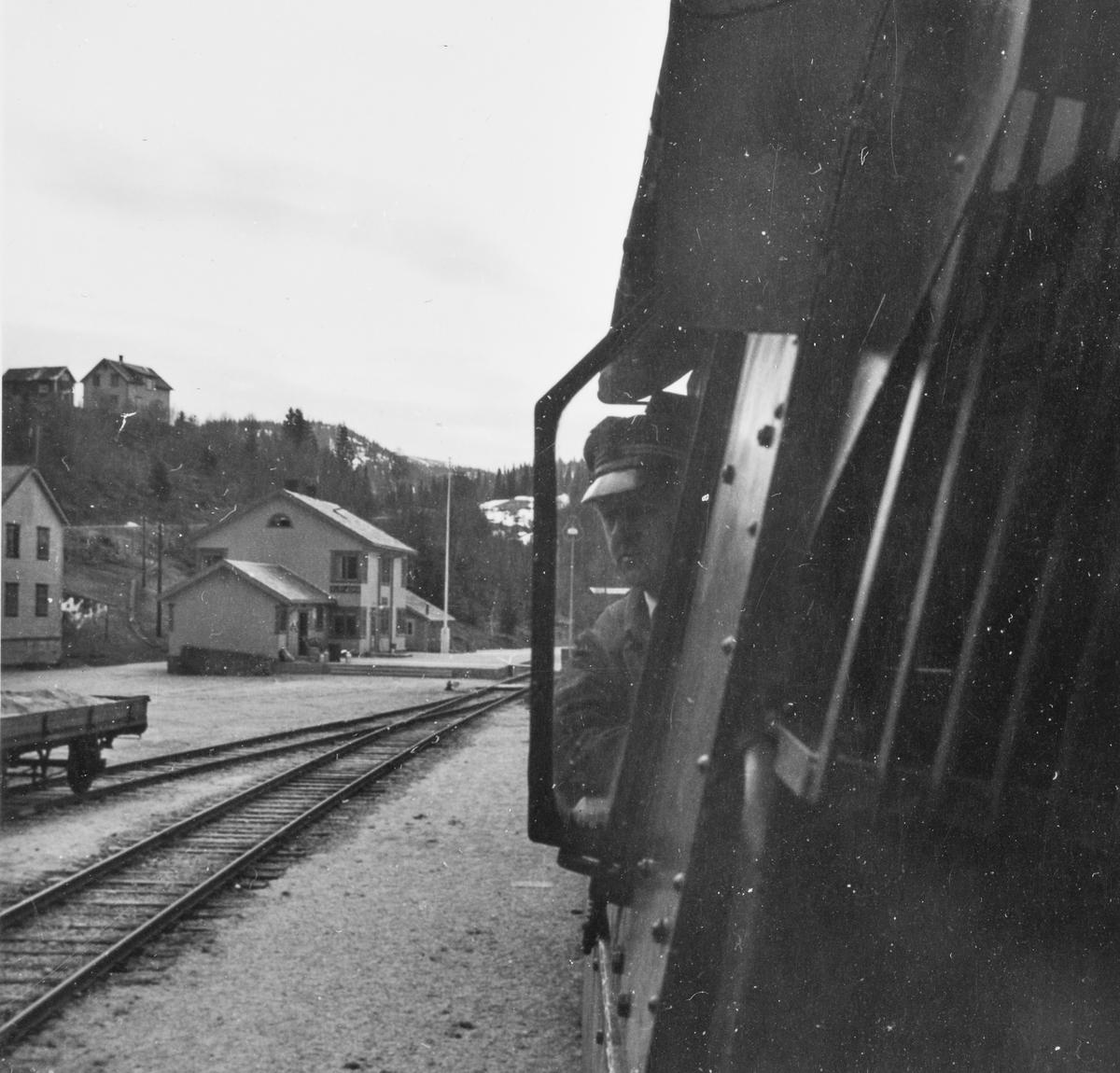 Lokomotivføreren i førerrommet på et damplokomotiv type 63a.