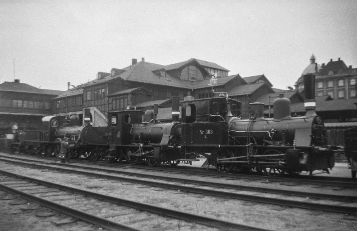 Danske damplokomotiver, til høyre type Hs nr. 363 ved København Østerport.