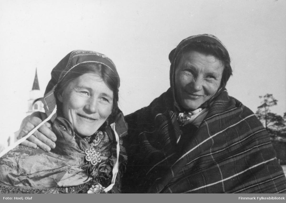 To samiske kvinner. En serie med 14 fotografier av landsgymnasets vintertur til Gargia Fjellstue rundt 1950. Til Bossekop-markedet samlet seg samene med sleder og reinsdyr ved Gargia Fjellstue.  Olaf Hoel (1903-1970) var den første rektoren ved fylkets første gymnas Finnmark off. Gymnas i Alta i årene 1948-1952. Kjell F. Hoel har gitt en liten bildesamling etter sin far fra hans tid i Alta til Finnmark fylkesbibliotek. Olaf Hoel gjorde en pionerinnsats for skolen under gjenreisningen av landsdelen etter krigen.
