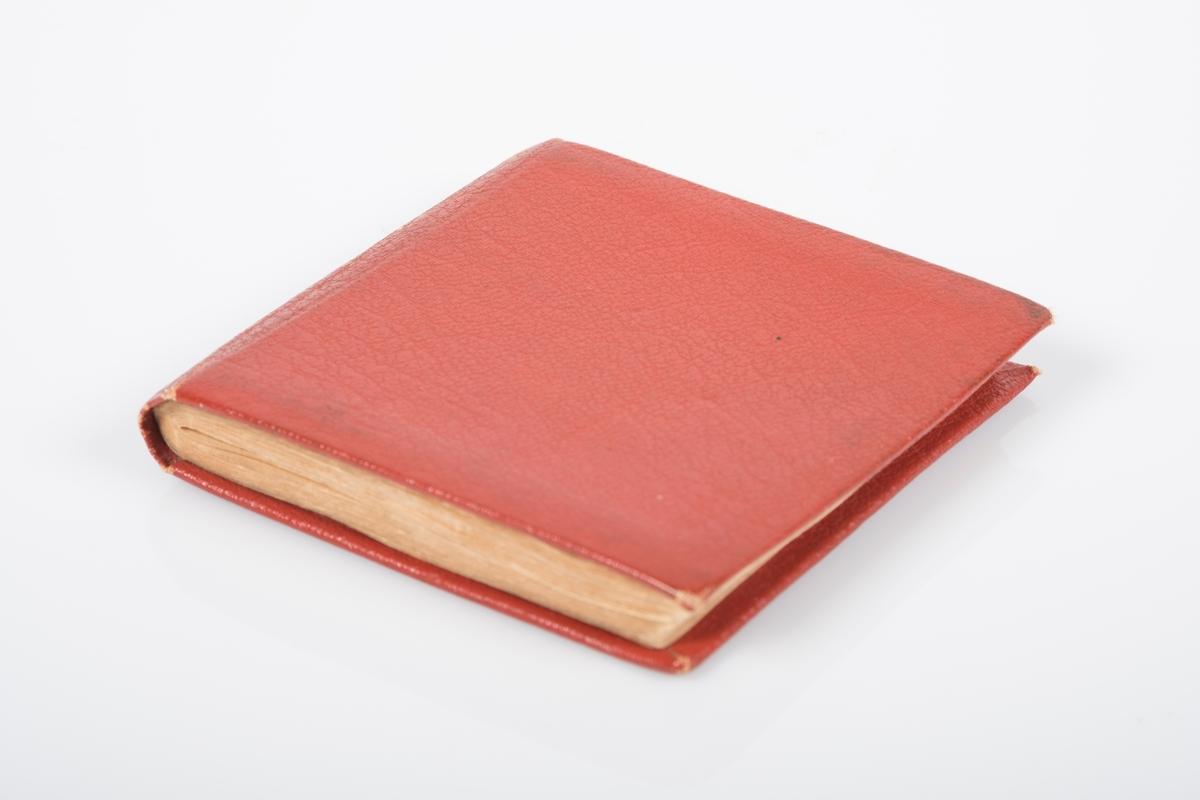 """Minnebok i rødt kunstskinn med hilsener til eier: """"Frank"""". Men det går frem av hilsnene at han var blant de aller yngste fangene. Illustrasjoner utført av Johan R. Jacobsen (16708)."""