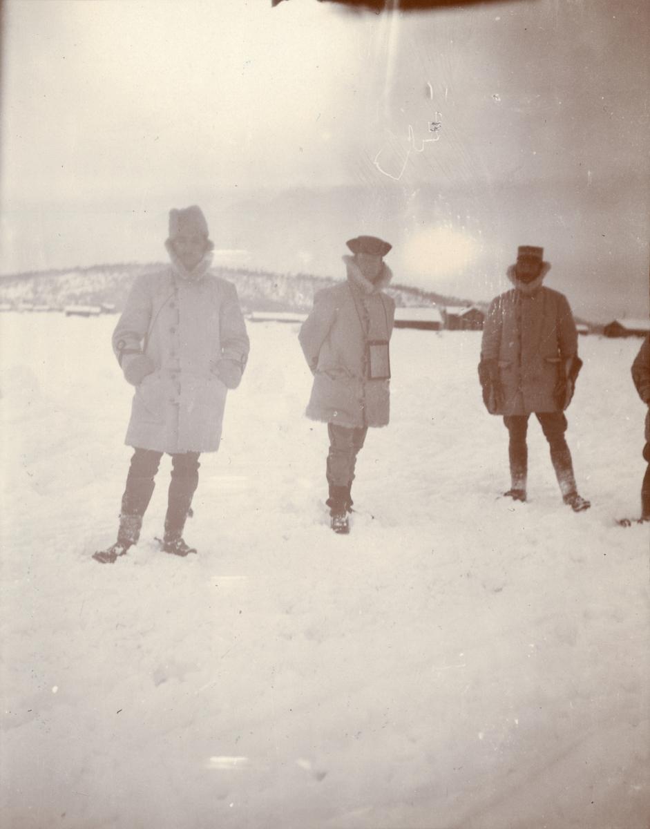Officerare från Smålands husarregemente K 4 under vinterövning i Norrbotten omkring 1910.