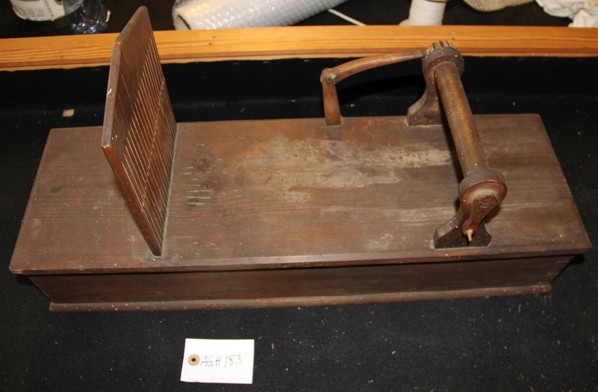 Sink-konstruert bandvev av tre. Brukt til å veve sokkeband.