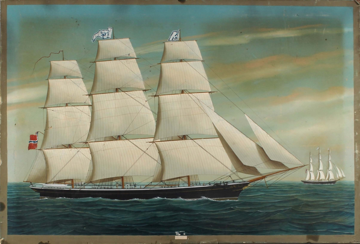 Skipsportrett av fullrigger HEBE på åpent hav med full seilføring. I akter norsk flagg med unionsmerke, i stormasten vimpel med skipets navn og i formasten signalflagg med kjenningsbokstav.