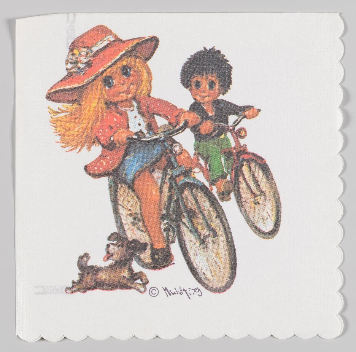 En jente og en gutt som sykler sammen med en løpende hund. Jenta har hatt, jakke og skjørt. Gutten har skjorte og bukse.