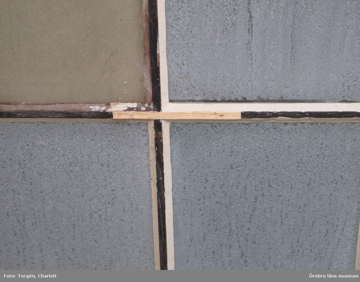 """Motiv: Arbeten vid Granbergsdals hytta  1: Masugnsbyggnaden. Många fönsterrutor var trasiga. 2: Granbergsdals hytta 3: Slaggstampsbyggnaden med turbinhuset bakom. Taket på slaggstampshuset behövde läggas om.  4: Rötskadad bjälke i väggbandet, rostugnsbygganden. 5: Slaggstampsbyggnaden och turbinhuset efter åtgärder. 6-7: Stolpen på slaggstampsdelen var kraftigt rötskadad, efter åtgärder. 8-9: Vattenrännan som rinner under turbinhuset fick grävas om något då vattnet orsakade rötskador på byggnaden. De rötskadade stolparna stampades upp med träklossar. 10-11: Fönstren på turbinhuset efter åtgärder. Bild nr 11visar en lagning av bågen. Den nya träbiten är fastpluggad med träplugg.  12-13: Masugnsbyggnaden efter att fönstren åtgärdats.  14-15: Fönster på labbit efter åtgärder. Här sattes en båge tillbaka som var urplockad. Det gula """"glaset"""" utgörs av makrolonglas.  Bild nr 14 visar lagning av en spröjs. 16: En ny bjälke har bultats fast i konstruktionen för att stärka densamma.  17: Konstruktionen på mellanvåningen har stärkts upp med en horisontell bjälke.  18: Hyttboa efter åtgärder.   Objekt: Granbergsdals hytta Ort: Granbergsdal Gata/kvarter/fastighet:  Stad:  Socken: Karlskoga socken Kommun: Karlskoga kommun Län: T År: 2015  Foto:1-18: Charlott Torgén, Örebro läns museum"""