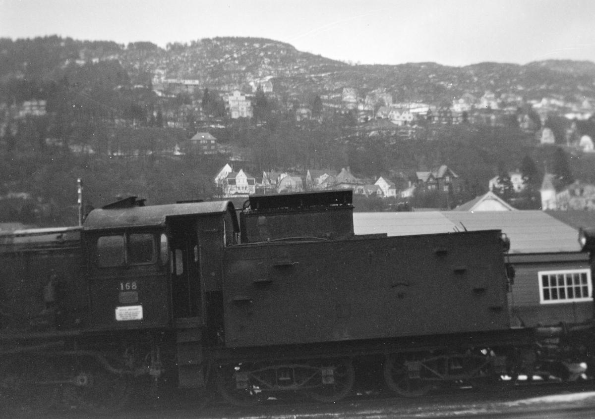 Damplokomotiv type 39a nr. 168 hensatt på Bergen stasjon før opphugging Hugget hos Einar Cook, Nyhavn, Bergen, januar 1961.