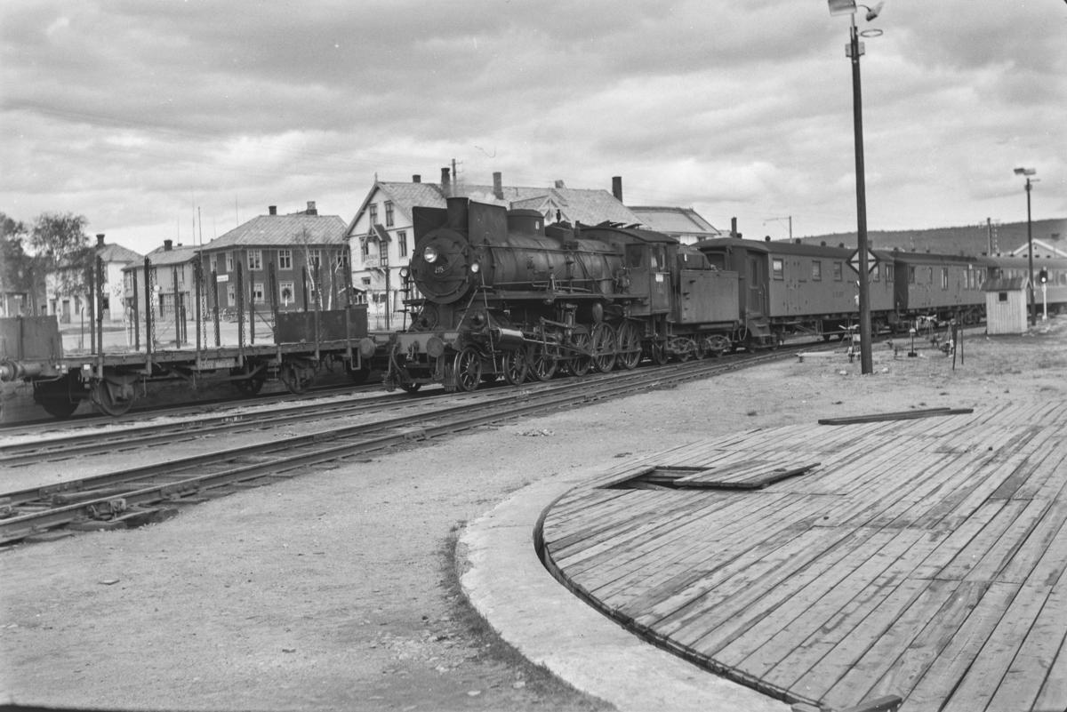 Dagtoget fra Oslo Ø til Trondheim, Pt. 301  på Røros stasjon. Toget trekkes av damplokomotiv type 26a nr. 215.
