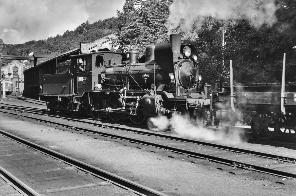 Skifting med damplokomotiv type 21c nr. 375 på Arendal stasjon.