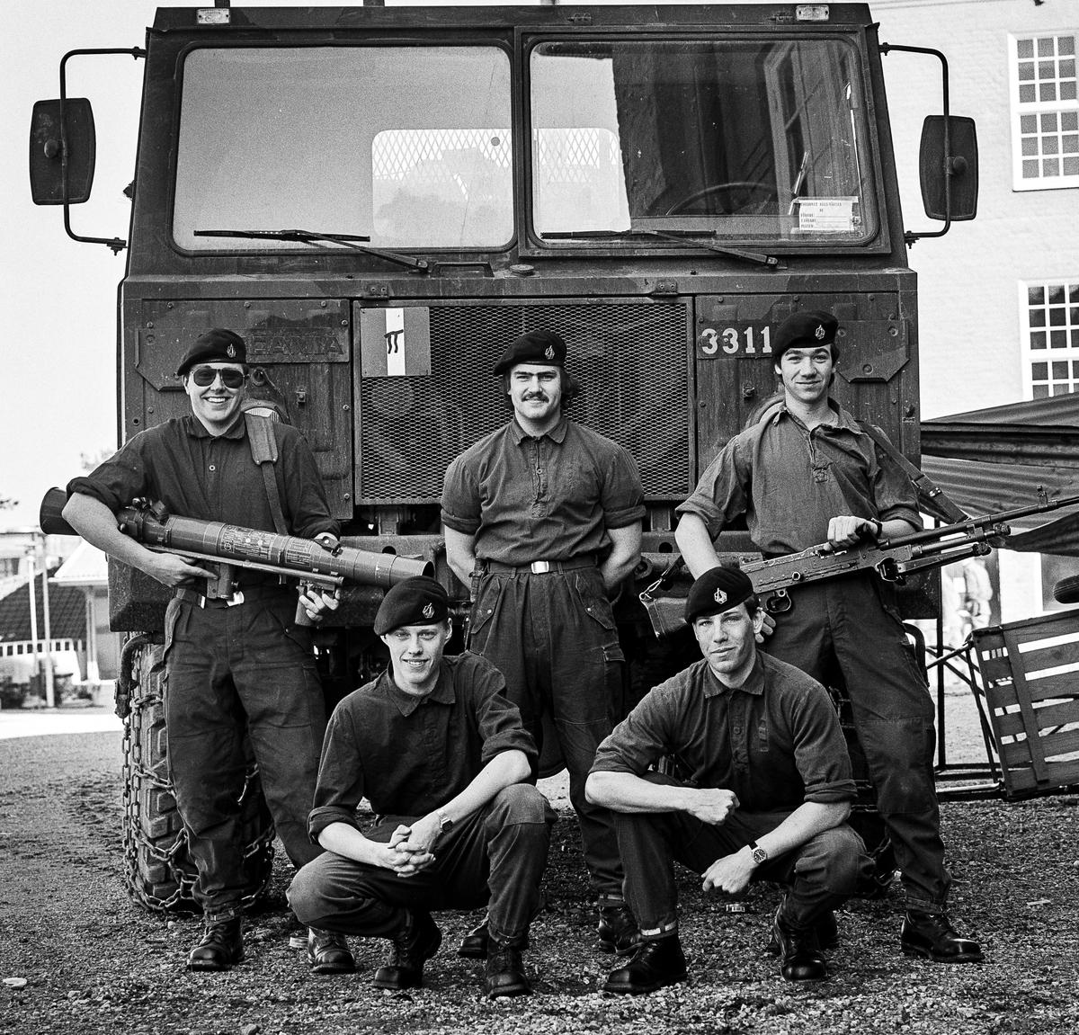Pionjärplutonen 1987-88. En pigrp på en av brobilarna.  OBS! två bilder.