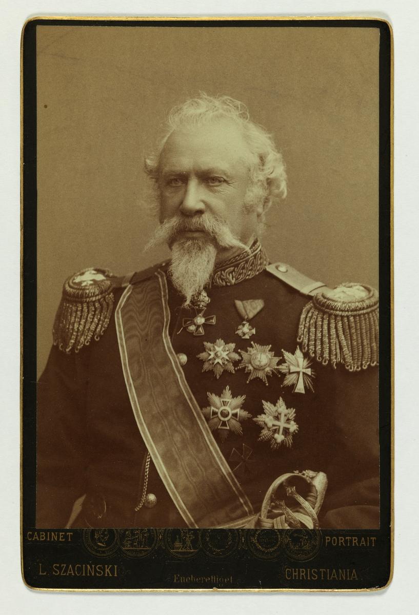 Portrett av general Harald Nicolai Storm Wergeland, fetter og adoptivbror til Henrik Wergeland. Storm Wergeland var høyt dekorert general og var blandt annet ridder av Dannebrogordenen. Han var svigerfar til Otto Adolph Gjerdrum.