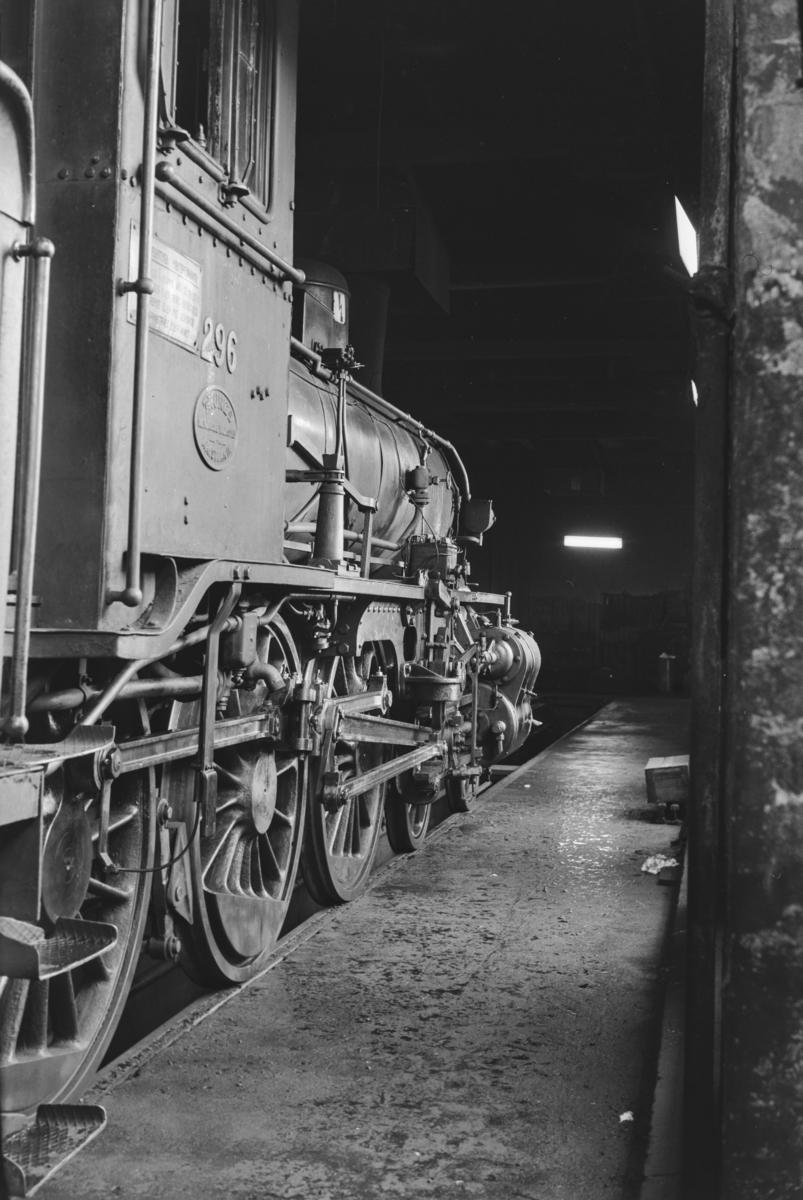 Damplokomotiv type 27a nr. 296 i lokomotivstallen på Kongsvinger.