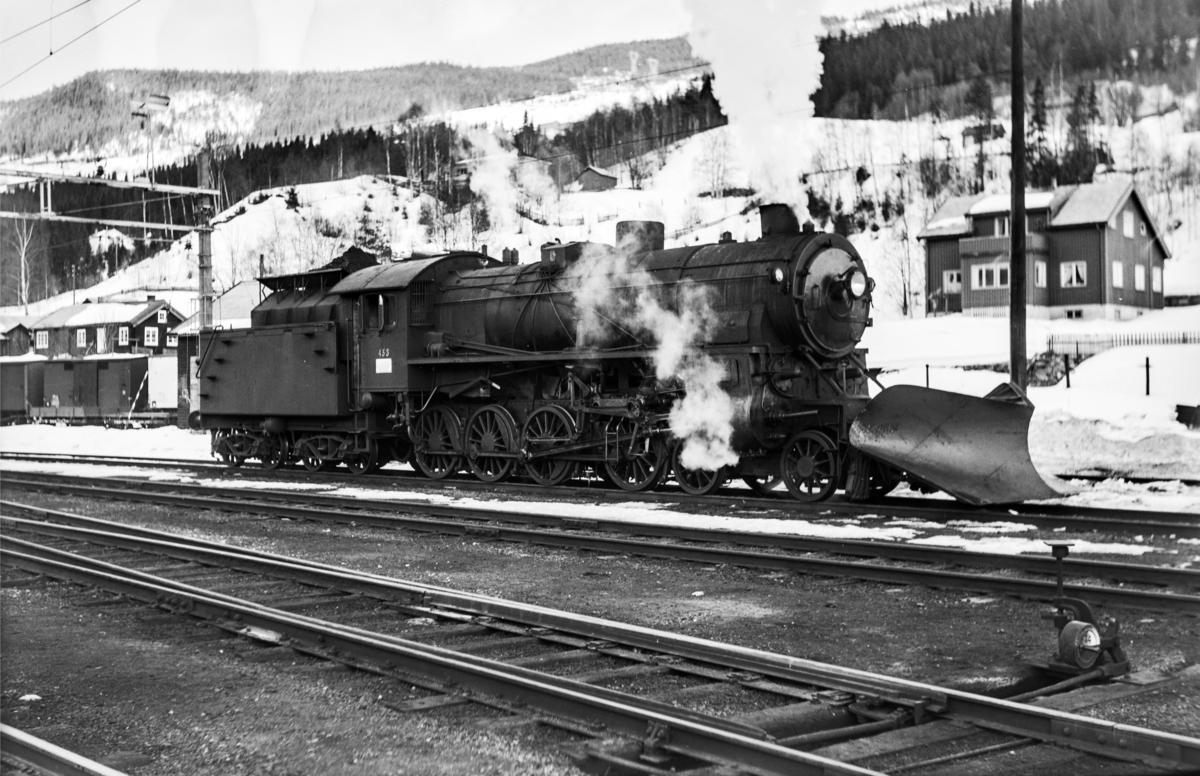 Damplokomotiv type 31b nr. 453 ved lokomotivstallen på Ål stasjon.