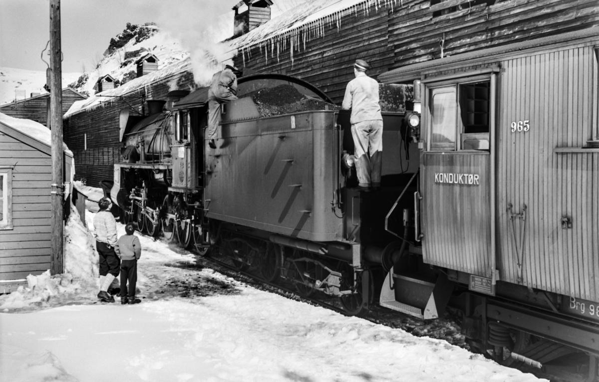 Ekstratog i forbindelse med påskeutfarten, tog 7654, på Myrdal stasjon. Toget trekkes av damplokomotiv type 31b nr. 418.