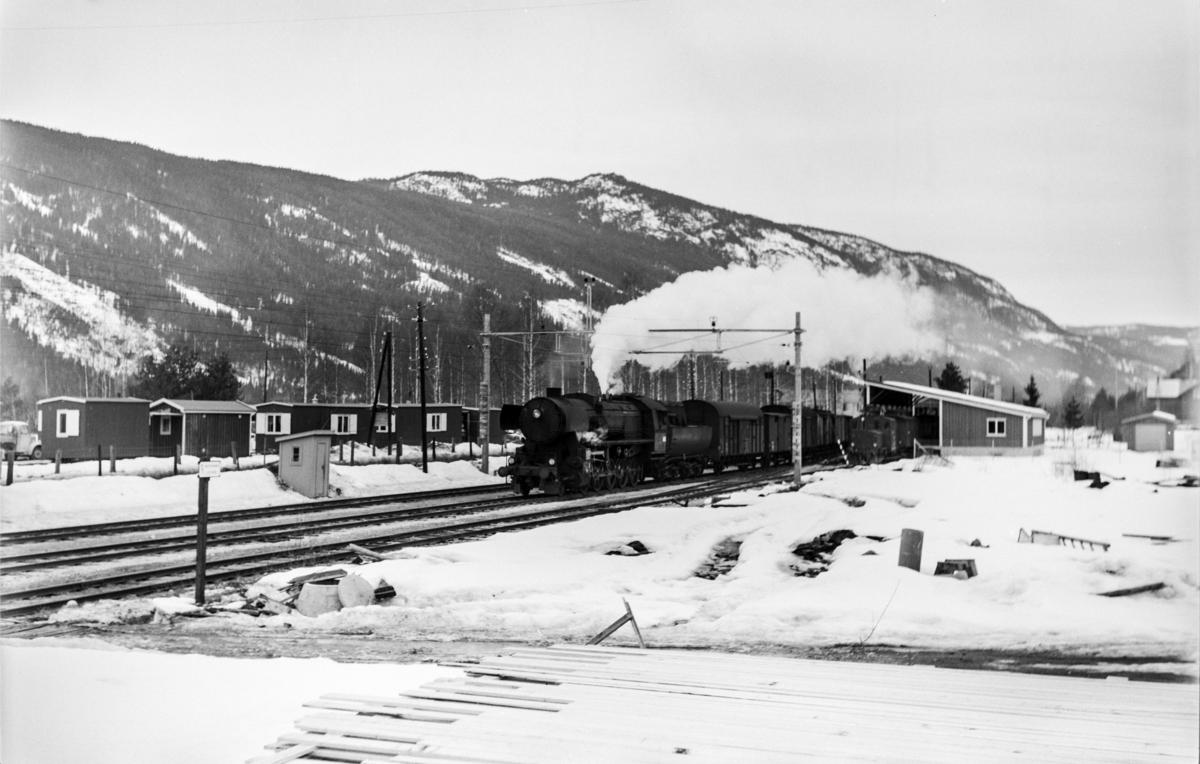 Ekstra godstog litra A fra Bergen til Oslo kjører inn på Nesbyen stasjon. Toget trekkes av damplokomotiv type 63a nr. 5858..