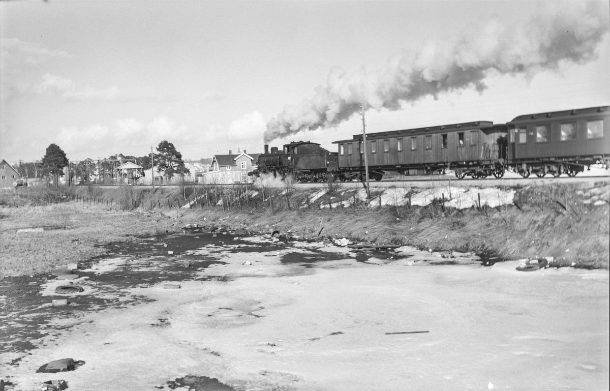 Tog 373 fra Hamar til Rena ved Åkersvika mellom Hjellum og Hamar. Toget trekkes av damplokomotiv type 27a nr. 297