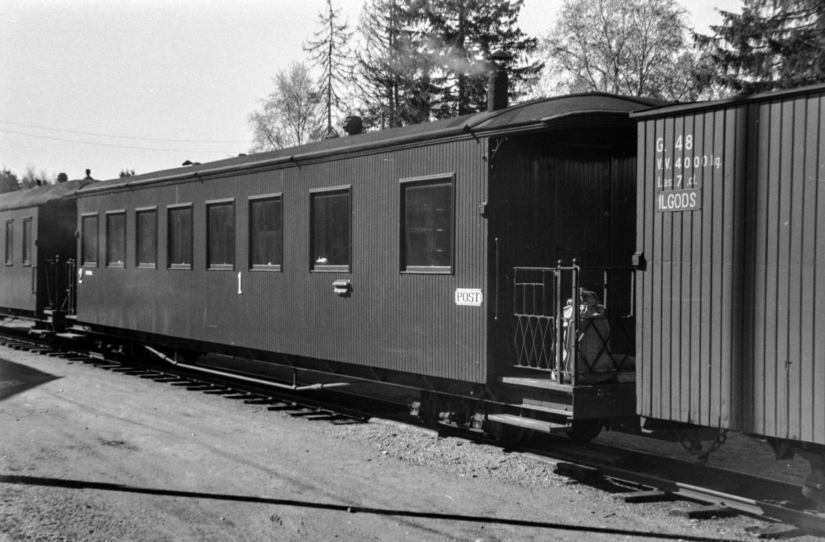 Aurskog-Hølandbanens personvogn ABDo7 på Aurskog stasjon.
