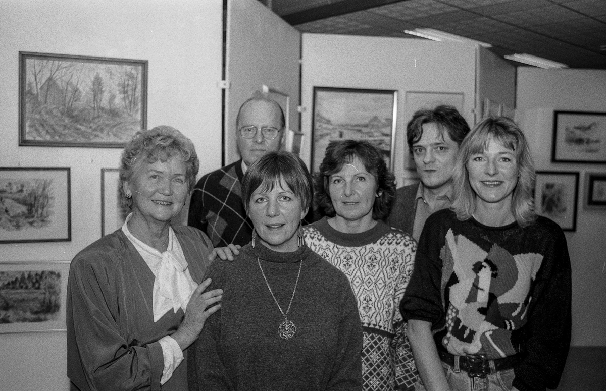 Kolbotn Malerklubb med juleutstilling i Kolbotn Bibliotek. Fra venstre: Eva Huus, Hans Christensen, Sølvi Hassel, Vivi Torp Larsen, Øyvind Andersen og Tone Elvenes