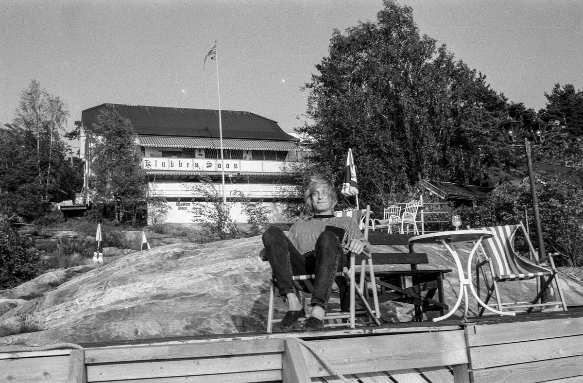 Klubben i Son, Innhaver Alex Johannessen sitter i fluktstol på brygga foran Klubben.
