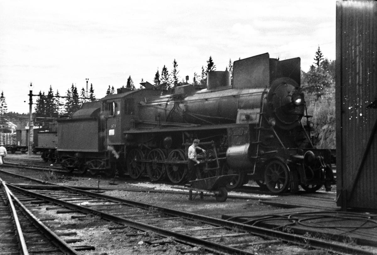 Damplokomotiv type 26c nr. 379 ved lokomotivstallen på Kongsvinger stasjon.