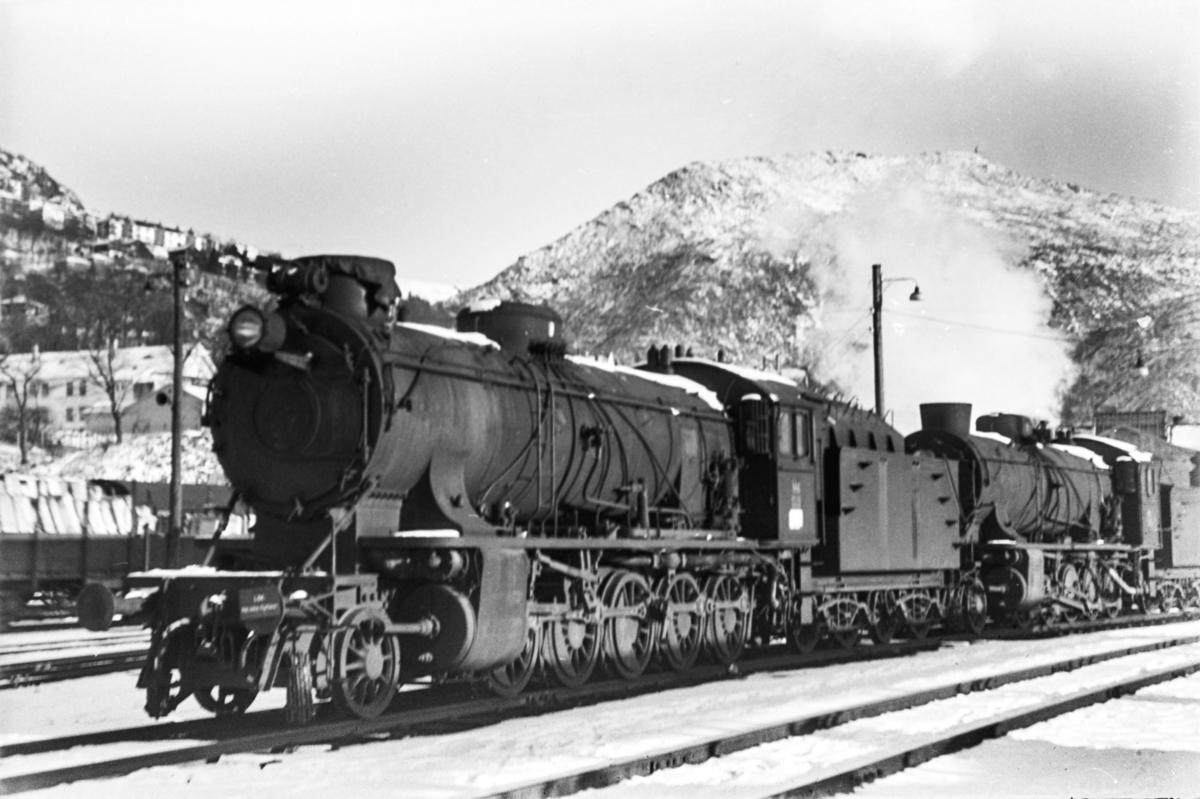 Utrangerte damplokomotiver type 39a på Bergen stasjon, fra venstre nr. 166 og 170.