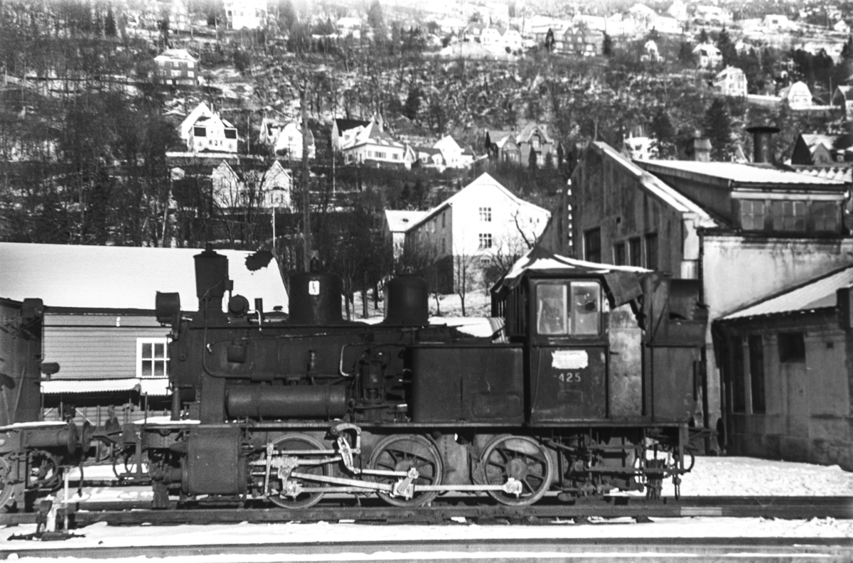 Hensatt damplokomotiv type 25d nr. 425 på Bergen stasjon. Lokomotivet er hensatt i påvente av reparasjon / revisjon.