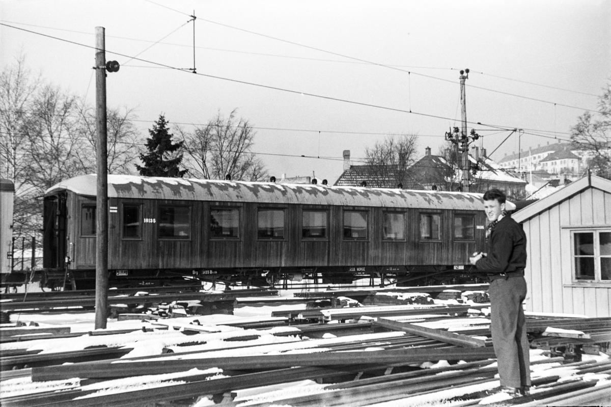 Personvogn litra Bo2b nr. 18135 ved Kronstad verksted. Vognen er nyoppusset.