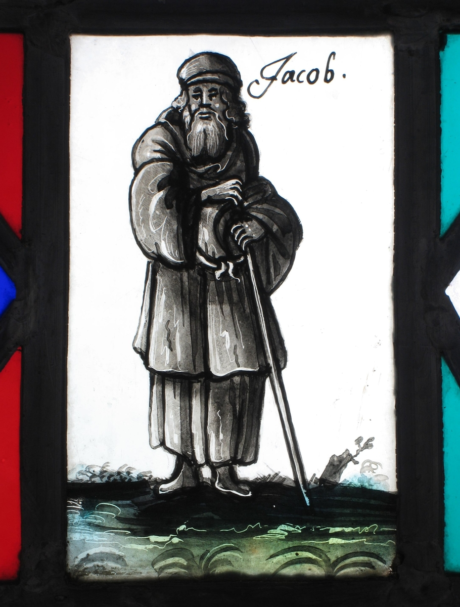 Jacob med vandringsstav.    slettes:  A 5 : Våpenskjold med tekst Lorentz Höyer 1643. A 6 : Engel , tekst med navnet Hans Hansen A 7 :  To blomsterkranser, årstall 1643 A 8 : Kristus på korset, årstall 1643  A 9 :  Skjold og en engel, navn Hanne Christens Dater B 1:  Øverst: Liten fugl mot ufarget lys bakgrunn B 2 : Våpenskjold med tekst  Jörgen Müller Ao 1685  B 3  og B 4 :  Moses med tavlene og Aron  B 5 :  Våpenskjold med 3 fisker tekst med navnet Elisabet Slein B 6 :  Skjold med navnet Maren Ifvers Daater.  B 7 :  Engel som holder et våpenskjold. Tekst med navnet Erick Tørrensen  B 8 :  Oppstanden Kristus med seierfanen. Tekst med navnet Christen Anderson B 9 :  Stående engel. Tekst med navn  Karren Christens Dater