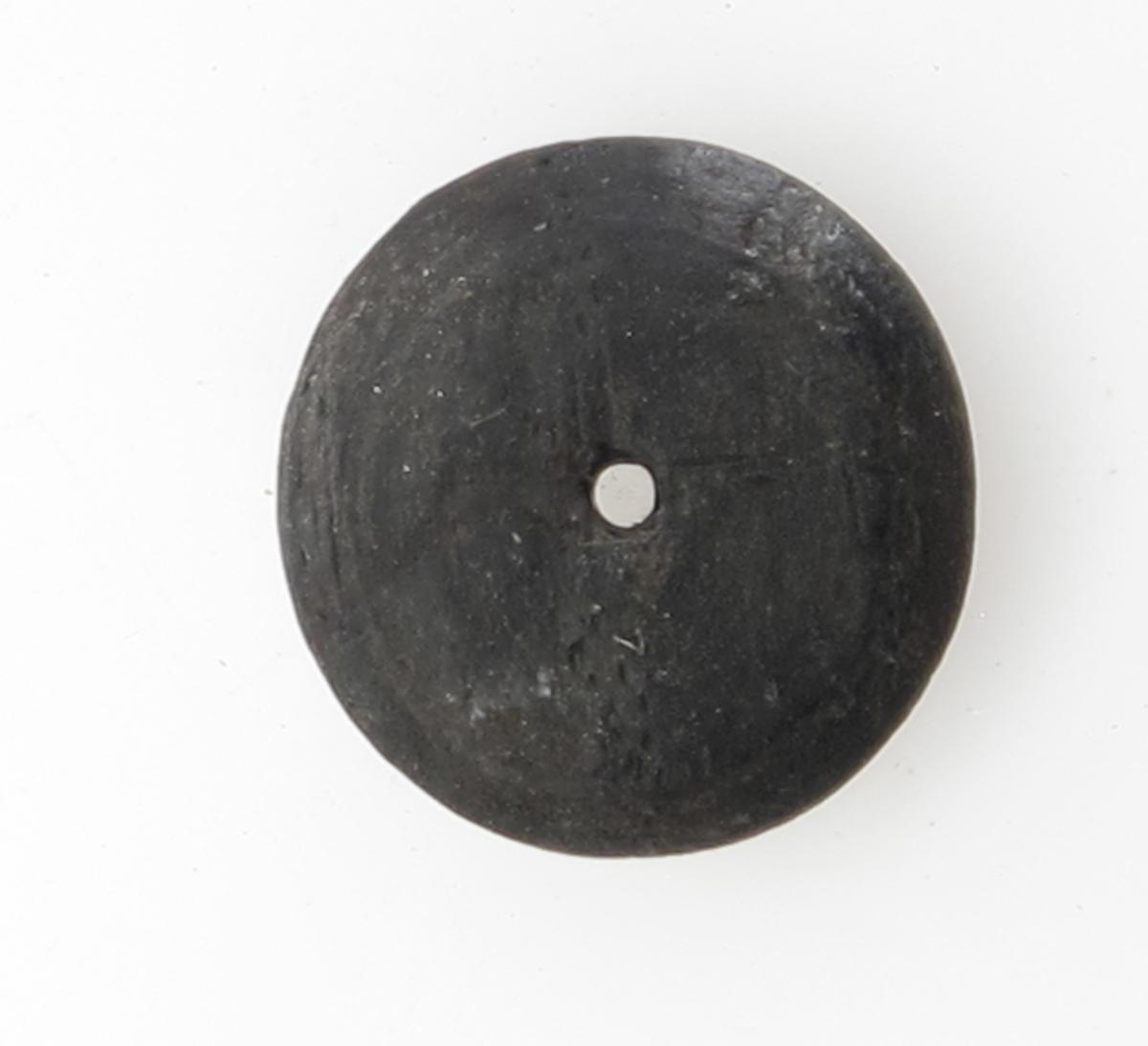 """Knapper, 6 stk.  """"Fredensborg."""" 1768.     Tre.    a-b). Diam. 2,3 Svakt hvelvede, med ett hull.   e-d) Mindre, mer hvelvet, med ett hull. Diam. l. 9.    e-f) En inntørket trerest av samme type som c d anta gelig, flat. Diam. 2. og 1,8."""