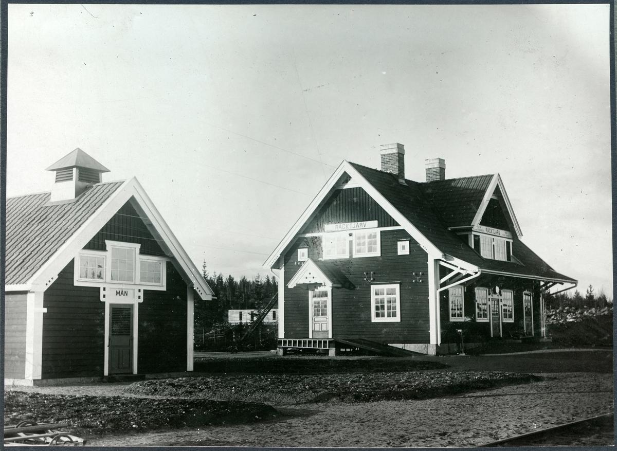 """Vy vid Räcktjärv station. Håll- och mötesplats, öppnad 1910 12-01. Bispår till Räktjärvs hamn . Från Räktjärv station gick ursprungligen en ca kilometerlång sidobana åt norr till Räktjärvsänden vid sjön Räktjärv. Vid Räktjärvsänden fanns hamn och en mindre expeditionsbyggnad med godsbod och väntrum. Ångbåtstrafik var anordnad mellan Räktjärvsänden och Överkalix i samtrafik med järnvägen under den isfria tiden av året.""""Trafiken upphörde efter ett fåtal år i och med att landsväg byggdes till Överkalix. Räktjärv förlorade sin kontakt med järnvägen genom en linjeomläggning 1986. Med början vid km 1225,3 drogs den nya linjen i en rakare och 1300 m kortare sträckning söder om den gamla."""" Enligt www.banvakt.se"""