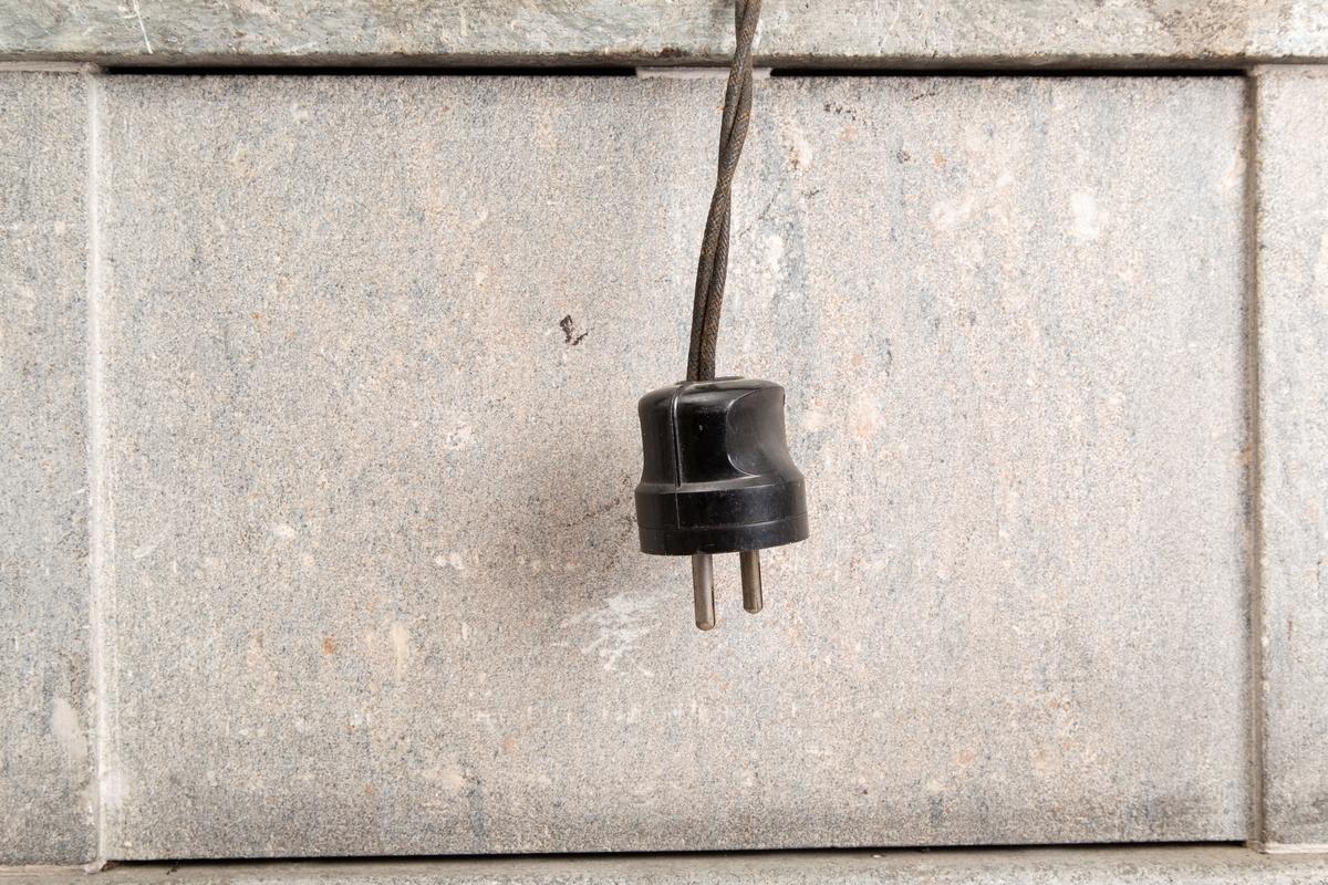 Tung rektangulær Imperatorovn av kleberstein. Flyttbar. Blanke håndtak i hver ende. Bryter med innstilling fra 0 til 3. Sort bryter, kabel og støpsel.
