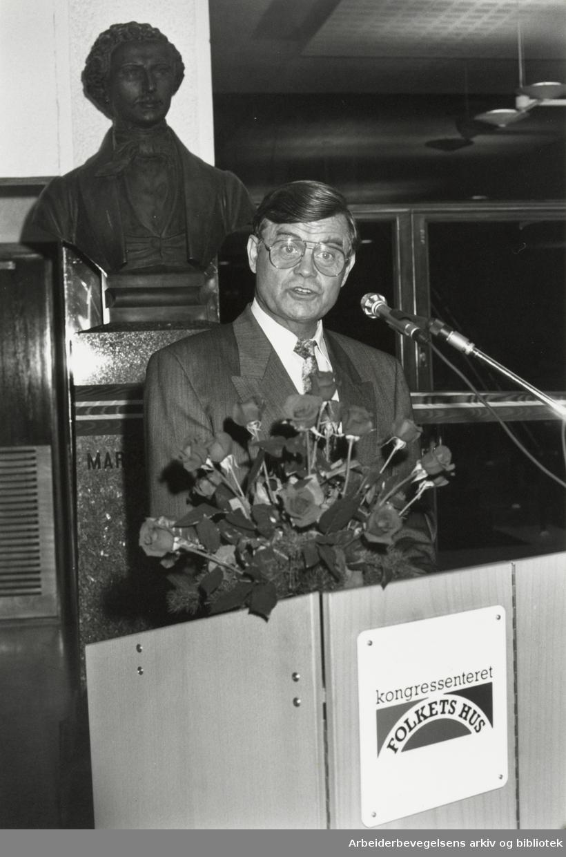 LO-formann Leif Haraldseth (1929-2019) holder åpningstalen ved innvielsen av kongressenteret under bysten av Marcus Thrane. Folkets Hus, oktober 1989.