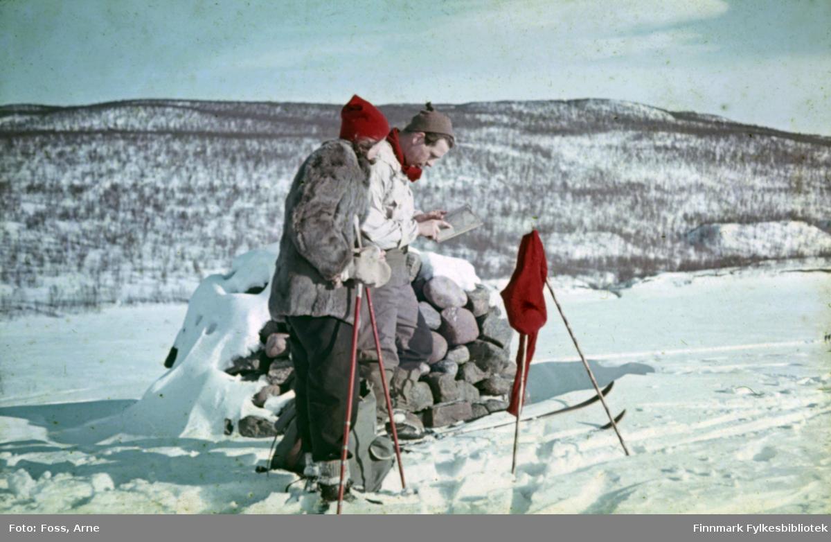 Arkitektpar Ola og Solveig Hanche-Olsen på ski i Polmak (finskegrensen), 2. påskedag i 1947. De er besøk hos Olas venn og kollega Arne Foss, som jobbet på Finnmarkskontoret og var sentral i gjenreisningsarbeidet i Tana.